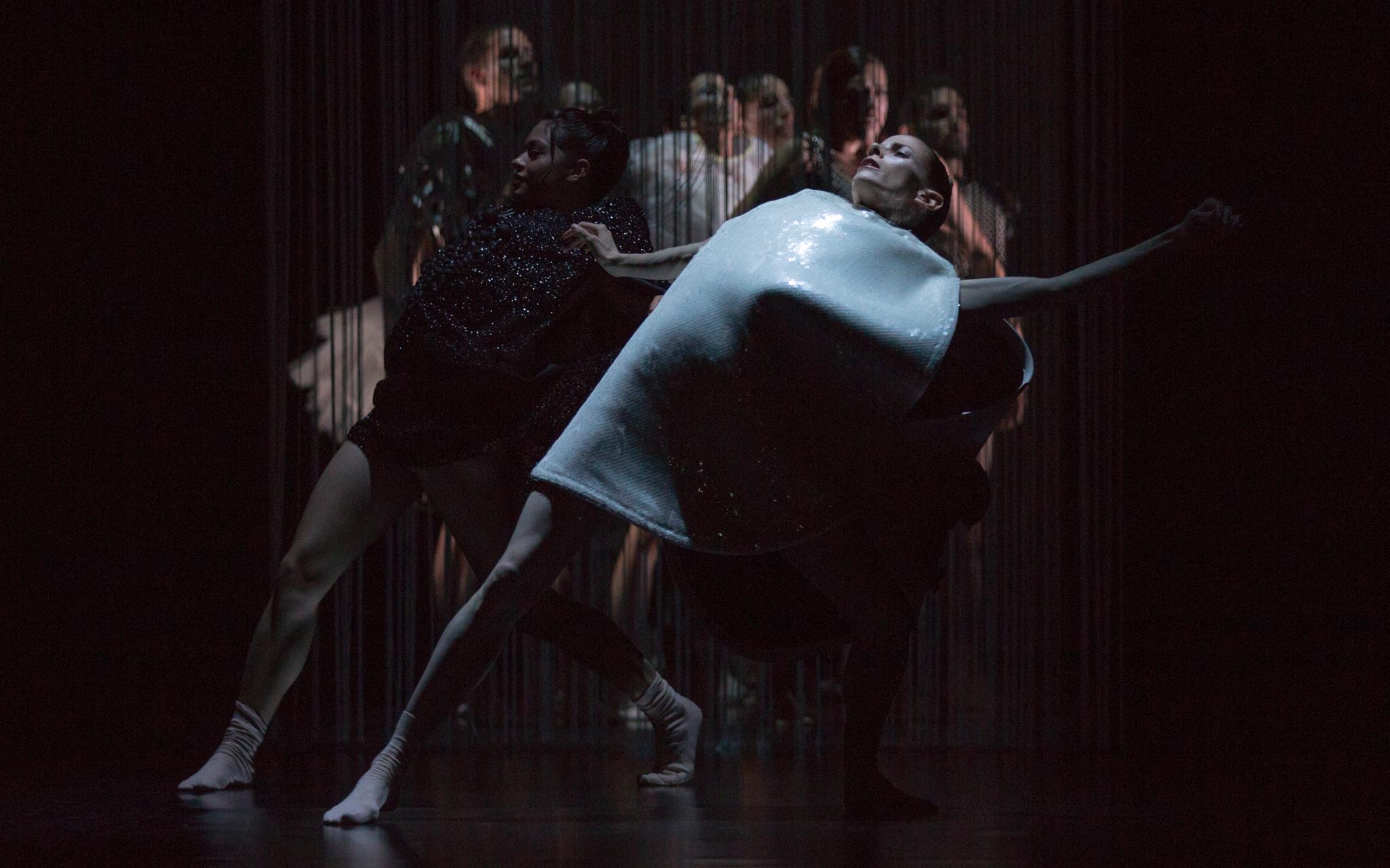 Photographer: Gert Weigelt (© gert-weigelt.de), costume by Hélène Vergnes , live painting by Walter Padao, dancers: Virginia Segarra Vidal, Cassandra Martin