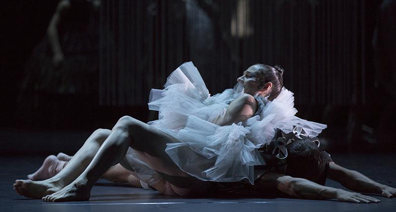 Photographer: Gert Weigelt (© gert-weigelt.de), costume by Hélène Vergnes , live painting by Walter Padao, dancers: Christine Jaroszewski, Alban Pinet